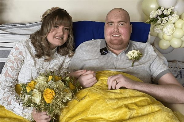 Patient given just days to live marries girlfriend